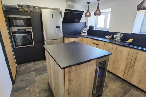 Cuisine bois et granit , une cuisine réalisée par SoCoo'c Mulhouse Wittenheim
