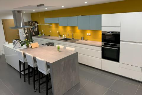 On voit la vie en jaune dans la cuisine de Charlotte 💛, une cuisine réalisée par SoCoo'c Valenciennes
