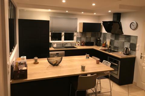 Jolie cuisine noir et bois, une cuisine réalisée par SoCoo'c Valence