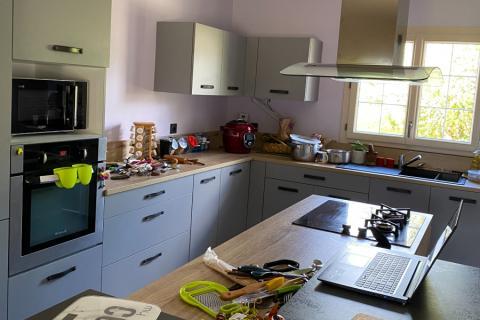 Cuisine Grise et plan bois, avec ilôt, une cuisine réalisée par SoCoo'c Lisieux