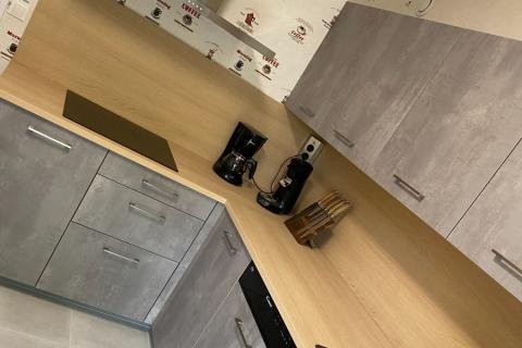 Une cuisine qui mélange le bois et l'effet béton , une cuisine réalisée par SoCoo'c Lisieux