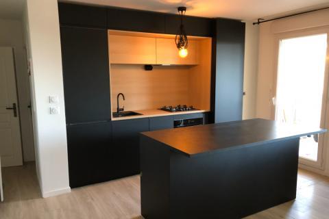 cuisine encadré noir et bois clair avec ilot central , une cuisine réalisée par SoCoo'c Nice
