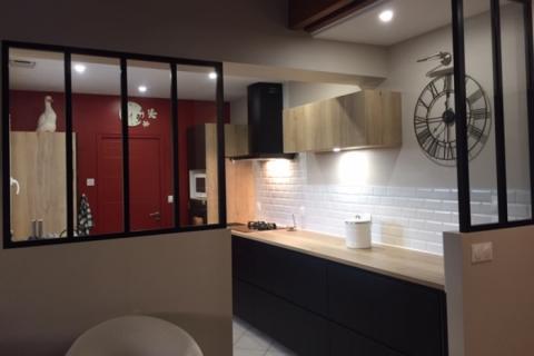 Cuisine noire et bois et verrière, une cuisine réalisée par SoCoo'c Nantes Basse Goulaine