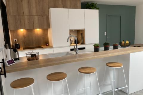 La cuisine blanc et bois de Nathalie!, une cuisine réalisée par SoCoo'c La Rochelle