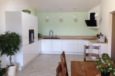 Une cuisine blanche intemporelle et design