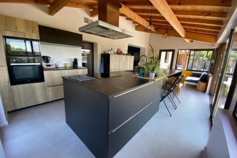 Cuisine bois vintage et noir, une cuisine réalisée par SoCoo'c Bayonne