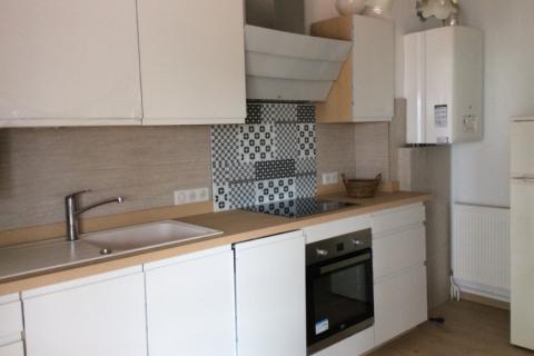 Cuisine blanche et bois avec prise de main intégrée, une cuisine réalisée par SoCoo'c Libourne