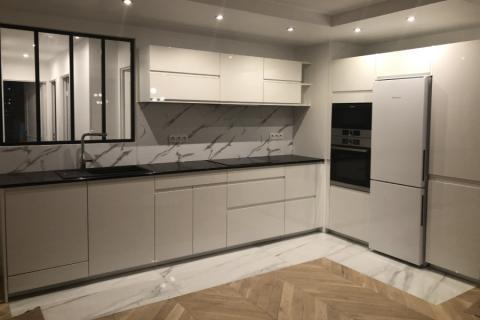 Le marbre fait de l'effet sur cette cuisine !, une cuisine réalisée par SoCoo'c Ormesson