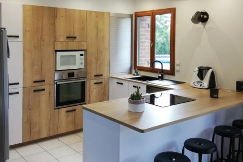Cuisine familiale blanche et bois, une cuisine réalisée par SoCoo'c Douai