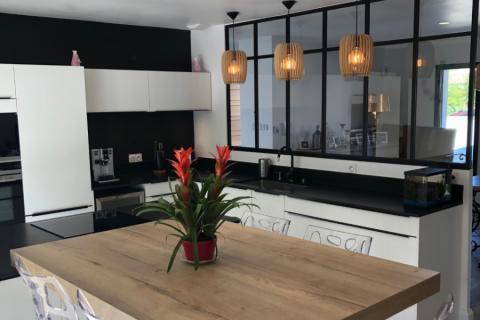 Une cuisine blanche et noire, avec sa verrière !, une cuisine réalisée par SoCoo'c Beziers