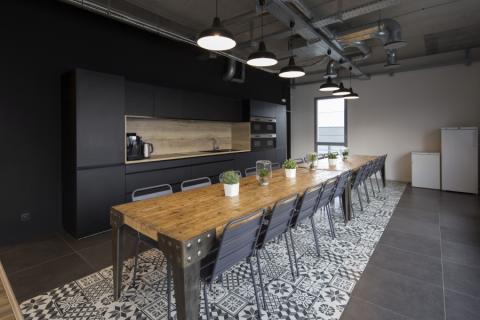 Une cuisine aménagée dans un espace de pause, une cuisine réalisée par SoCoo'c Lyon Limonest