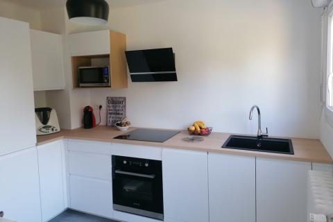 Une cuisine blanche et bois, une cuisine réalisée par SoCoo'c Marquette Lez Lille