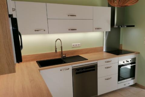 Une cuisine design blanche et bois , une cuisine réalisée par SoCoo'c Bourges