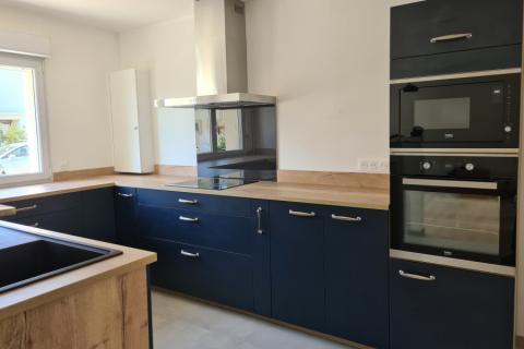 Une cuisine bleu et bois, une cuisine réalisée par SoCoo'c Saint Nazaire
