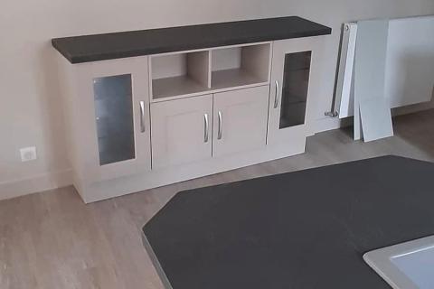 Une cuisine grise et noire, une cuisine réalisée par SoCoo'c Deauville