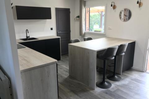 Cuisine épurée noire mat et plan chêne vintage blanchi, une cuisine réalisée par SoCoo'c Douai