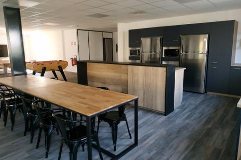 Aménagement d'une cuisine pour une salle de pause, une cuisine réalisée par SoCoo'c Plan de Campagne