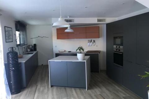Une cuisine au style contemporain de Jonathan, une cuisine réalisée par SoCoo'c Plan de Campagne