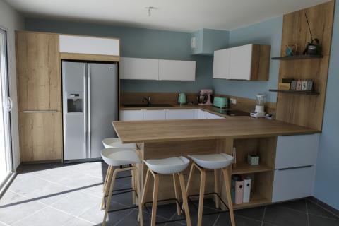 La cuisine blanche et bois de Mme R, une cuisine réalisée par SoCoo'c Annecy