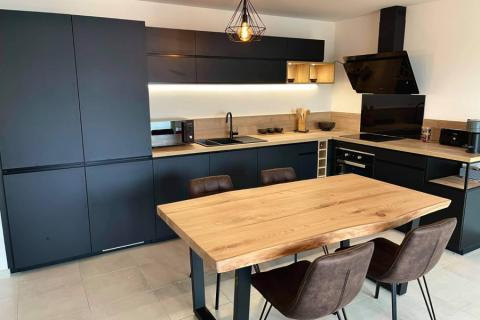 Cuisine noire et bois avec casier bouteilles , une cuisine réalisée par SoCoo'c Annecy