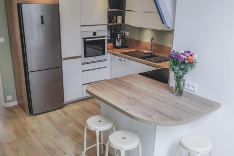 Cuisine ouverte sur le séjour avec coin repas, une cuisine réalisée par SoCoo'c Belfort