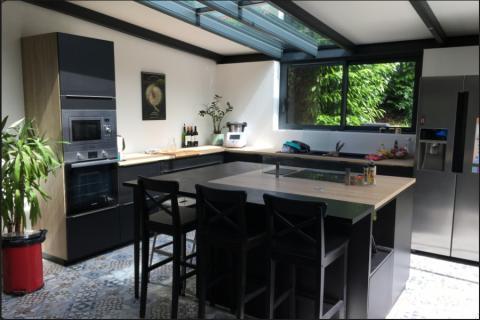 Cuisine Noire et bois avec îlot, une cuisine réalisée par SoCoo'c Nantes Basse Goulaine