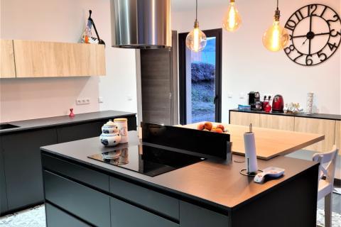Cuisine noir et chêne bardolino , une cuisine réalisée par SoCoo'c Chambéry