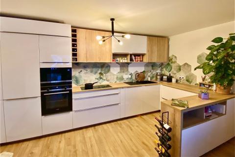 Cuisine blanche et bois avec crédence nature / jungle, une cuisine réalisée par SoCoo'c Annecy