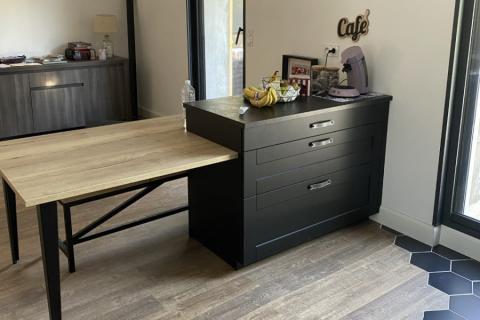 Une cuisine noire et bois, au look indus !, une cuisine réalisée par SoCoo'c Beziers