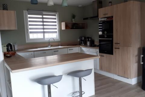 Cuisine blanche et bois bardolino, une cuisine réalisée par SoCoo'c Fréjus
