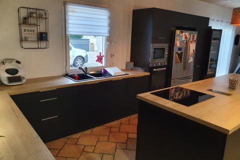 Cuisine en bois et noir style moderne et chic, une cuisine réalisée par SoCoo'c Challans