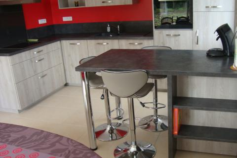Cuisine équipée en L avec une presqu'ile, une cuisine réalisée par SoCoo'c Quimper