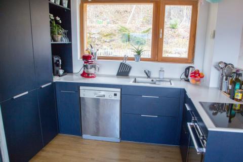 Plan de travail en quartz blanc et façades bleues, une cuisine réalisée par SoCoo'c Grenoble St Martin