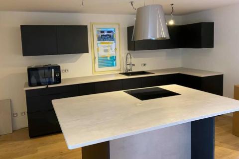 Cuisine noir mat et plan de travail cimento clair , une cuisine réalisée par SoCoo'c Toulon La Garde