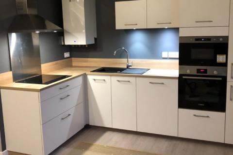 Mettre en valeur une cuisine blanc/bois, une cuisine réalisée par SoCoo'c Saint Malo