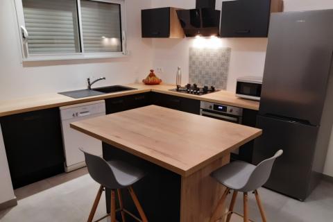 Petite cuisine noire et bois, une cuisine réalisée par SoCoo'c Challans