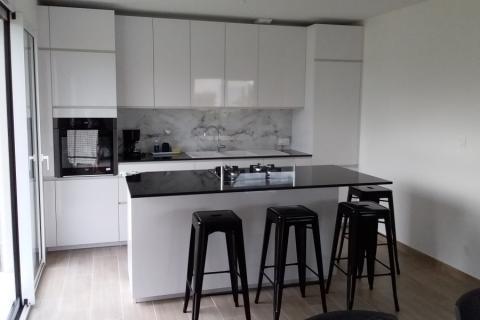 Une cuisine blanche brillante...et le Naturaplan poli, une cuisine réalisée par SoCoo'c Deauville