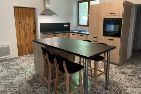 Un avant/après, pour cette cuisine bois et noire, une cuisine réalisée par SoCoo'c Phalsbourg