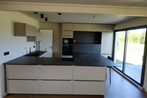 Une cuisine blanche et noire, une cuisine réalisée par SoCoo'c Deauville