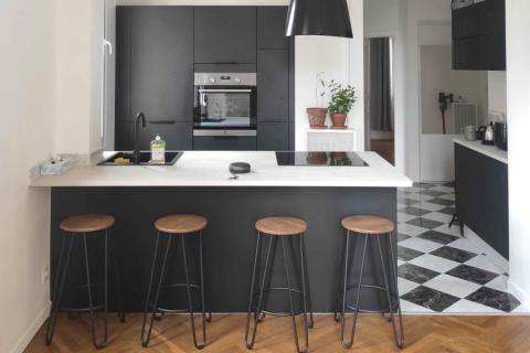 Cuisine noire mat et plan de travail effet béton clair, une cuisine réalisée par SoCoo'c Nice