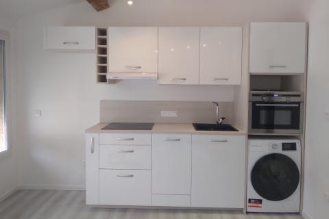 Jolie petite cuisine en Frène blanchi , une cuisine réalisée par SoCoo'c Toulon La Garde