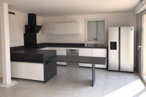 Belle et grande cuisine au lignes modernes, une cuisine réalisée par SoCoo'c Toulon La Garde