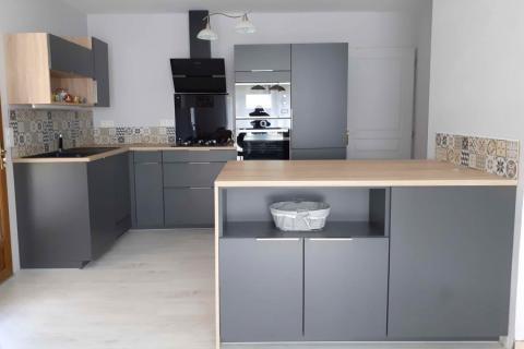 Une cuisine grise et bois, une cuisine réalisée par SoCoo'c Nice