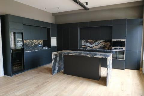 Une cuisine noire mate, une pure merveille, une cuisine réalisée par SoCoo'c Deauville