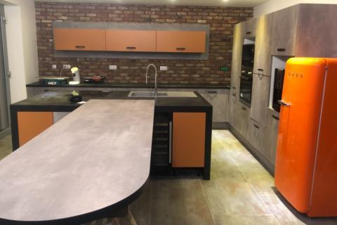 Cuisine gris cimento et orange, une cuisine réalisée par SoCoo'c Charleville
