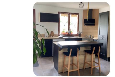 Cuisine équipée  bois et noire avec îlot., une cuisine réalisée par SoCoo'c Charleville