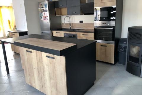 Cuisine industrielle noire et bois, une cuisine réalisée par SoCoo'c Charleville