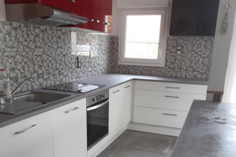 Superbe cuisine rénovée et moderne : blanc & gris, une cuisine réalisée par SoCoo'c Challans