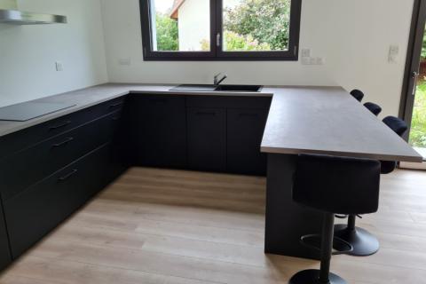 Cuisine noir mat et cimento gris , une cuisine réalisée par SoCoo'c Mulhouse Wittenheim
