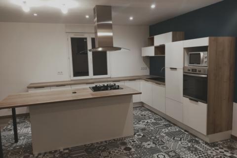 Cuisine blanche et bois et carreaux de ciment, une cuisine réalisée par SoCoo'c Avranches